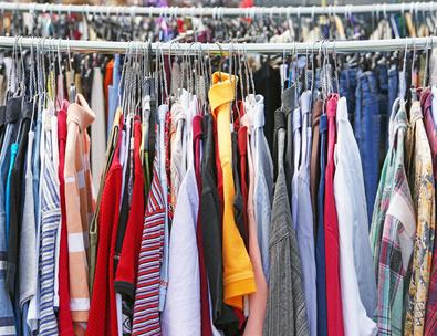 große Kleiderauswahl auf dem Flohmarkt
